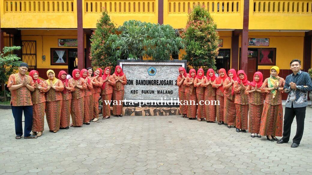 Peringati Hari Batik Nasional, SDN Bandungrejosari 2 Tampil Berseragam Batik